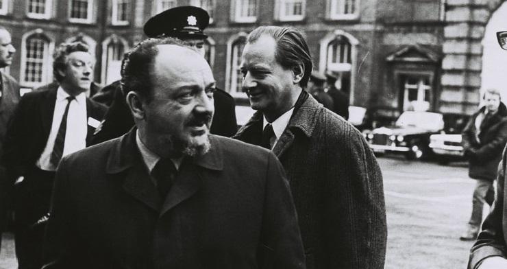 Anker Jørgensen, dansk statsminister, og Knud Borge Andersen, dansk udenrigsminister, ankommer til topmødet.