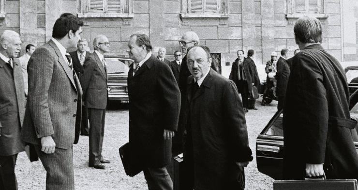 Anker Jørgensen, dansk statsminister, og Knud Borge Andersen, dansk udenrigsminister, ankommer til topmødet i Rom.