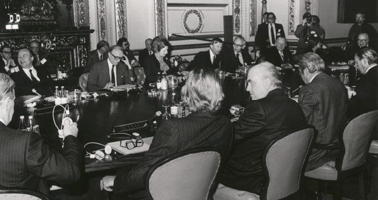 Under topmødet i London, heriblandt Margaret Thatcher, den engelske premierminister.