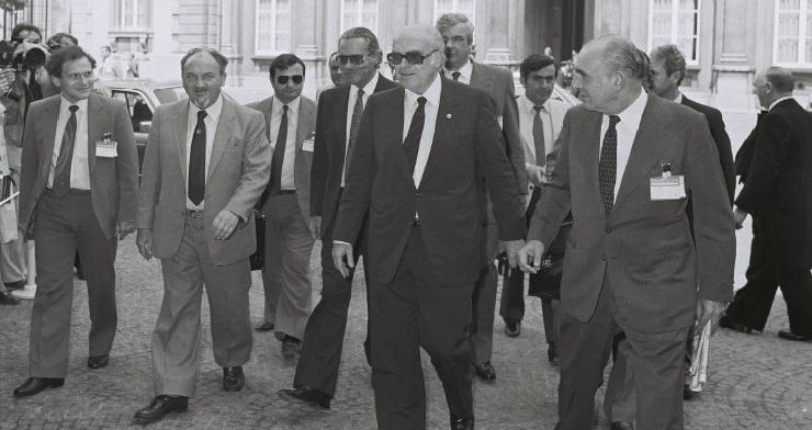 Den danske statsminister, Anker Jørgensen, ankommer sammen med den græske udenrigsminister, Yannis Charalambopoulos, og den græske premierminister, Andréas Papandréou.
