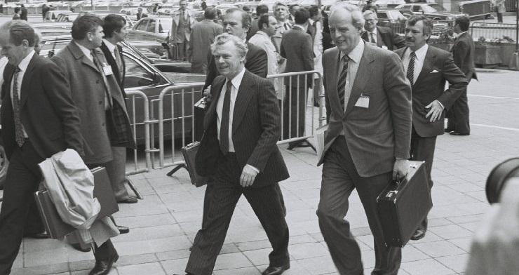Den danske statsminister, Poul Schlüter, ankommer til topmødet.
