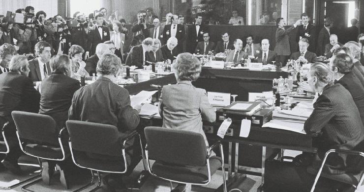 Under topmødet i Bruxelles, heriblandt er blandt andet Poul Schlüter, den danske statsminister, og Uffe Ellemann-Jensen, den danske udenrigsminister.