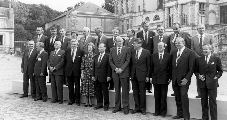 Stats- og regeringscheferne til topmødet, heriblandt Poul Schlüter, den danske statsminister, og Uffe Ellemann-Jensen, den danske udenrigsminister.