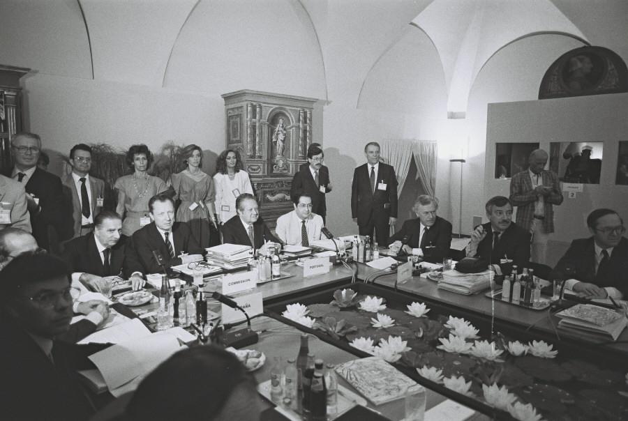 Under topmødet i Milano. På højre side af bordet ses Poul Schlüter, dansk statsminister, Uffe Ellemann-Jensen, dansk udenrigsminister, og Wilfried Martens, Belgiens premierminister.