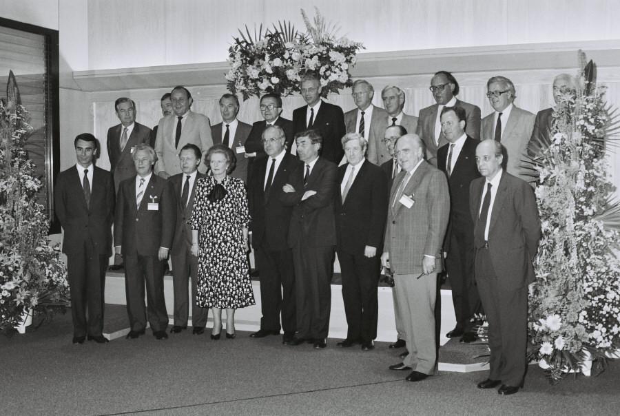 Gruppefoto fra topmødet, heriblandt ses den danske statsminister, Poul Schlüter, og den danske udenrigsminister, Uffe Ellemann-Jensen.
