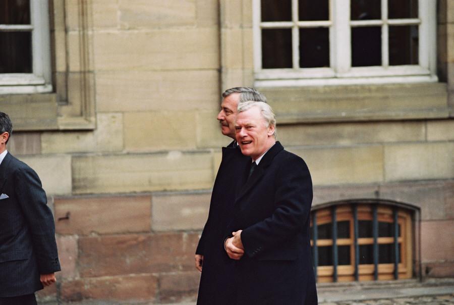 Den danske udenrigsminister, Uffe Ellemann-Jensen, og  den danske statsminister, Poul Schlüter, ankommer til topmødet.
