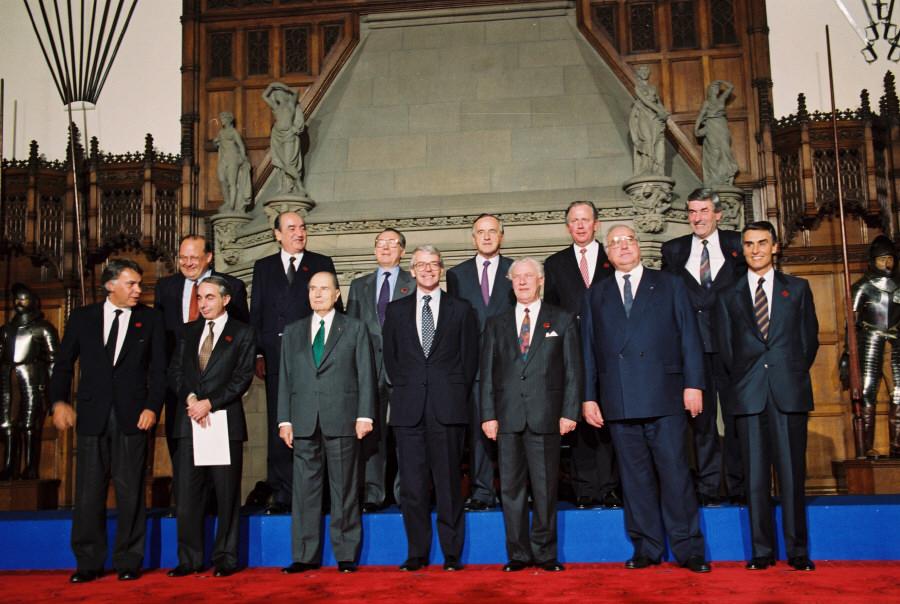 Stats- og regeringscheferne samlet ved EU-topmøde i Edinburgh, heriblandt den danske statsminister Poul Schlüter.