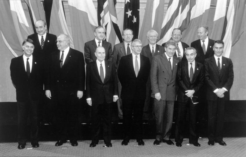Gruppefoto af stats- og regeringscheferne i Birmingham, heriblandt Poul Schüter.
