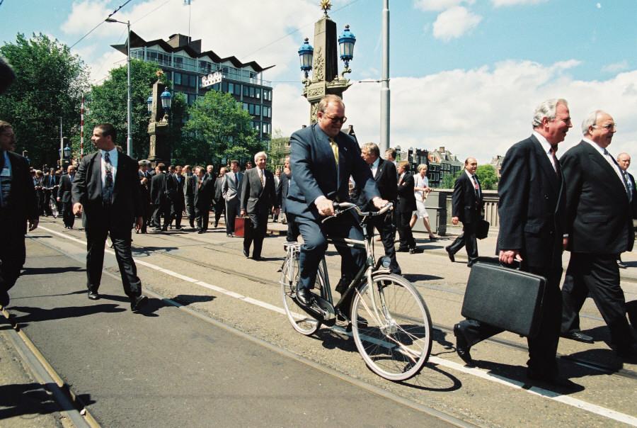 Jacques Santer, formand for Europa-Kommissionen og Helmut Kohl, Tysklands kansler, ankommer til EU-topmødet sammen med den svenske statsminister, Göran Persson, på cykel.