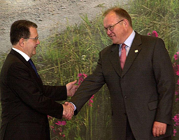 Ved svensk formandskab i Göteborg giver Romano Prodi, formand for Europa-Kommissionen, hånd til Göran Persson, den svenske statsminister.