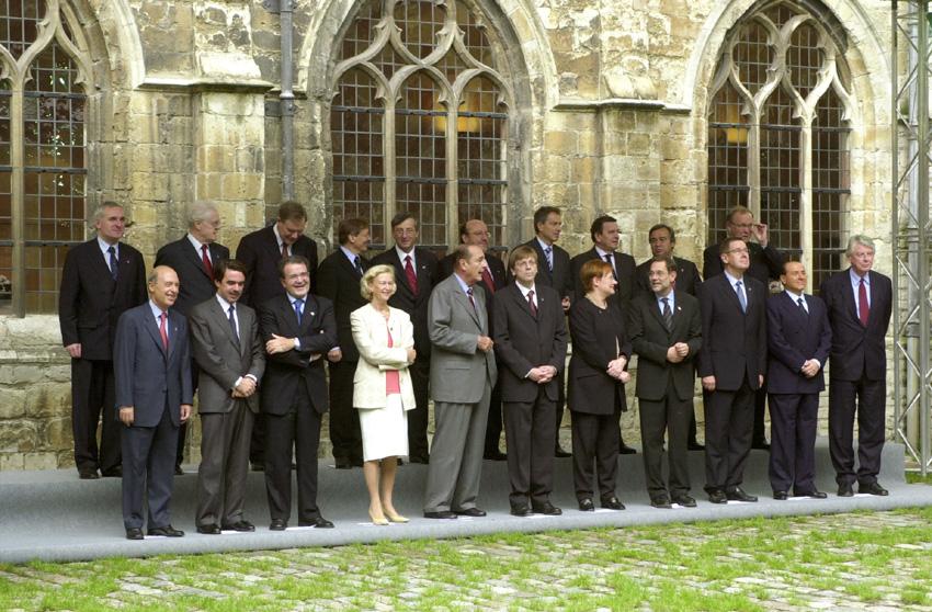 Gruppefoto af stats- og regeringscheferne, sammen med formanden for Europa-Kommissionen og formanden for Europa-Parlamentet.