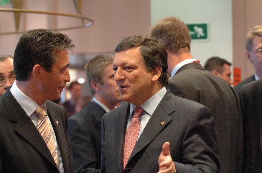 Den danske statsminister, Anders Fogh Rasmussen, taler med formanden for Europa-Kommissionen, José Manuel Barroso, til EU-topmødet.