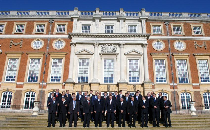 EU's stats- og regeringsledere sammen med formanden for Europa-Kommissionen, José Manuel Barroso ved EU-topmødet i Surrey.