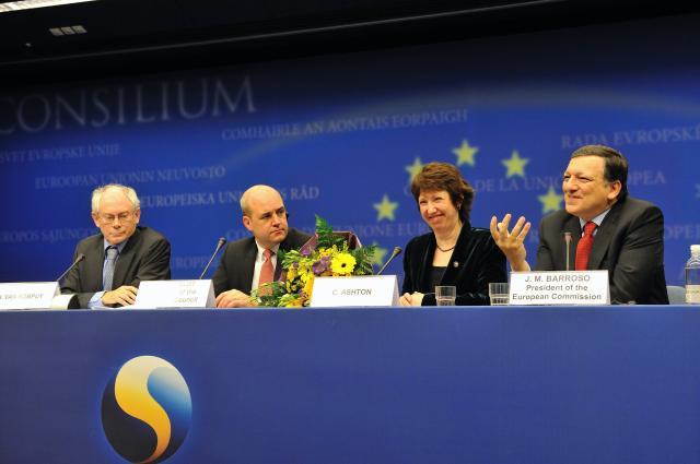 Fra venstre ses formanden for Det Europæiske Råd, Herman Van Rompuy, den svenske statsminister, Fredrik Reinfeldt, EU's udenrigsrepræsentant, Catherine Ashton, og formanden for Europa-Kommissionen, José Manuel Barroso.