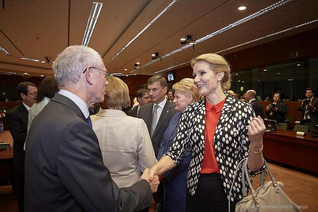 Herman Van Rompuy byder Helle Thorning-Schmidt velkommen til EU-topmødet