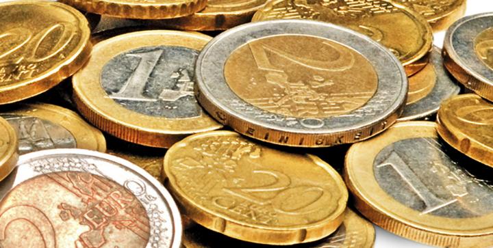Et billede af en masse euro mønter.