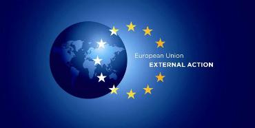 EU's Udenrigstjenestes logo. Logoet betstår af en blå globus og elleve stjerner der danner en ring.
