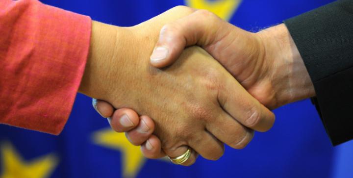 Et håndtryk, der skal symbolisere de handels- og associeringsaftaler OLT-landene har med EU.