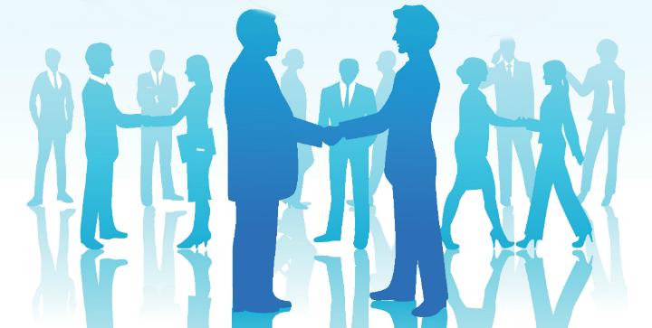 En række personer giver hinanden hånden og synes at indgå en aftale.