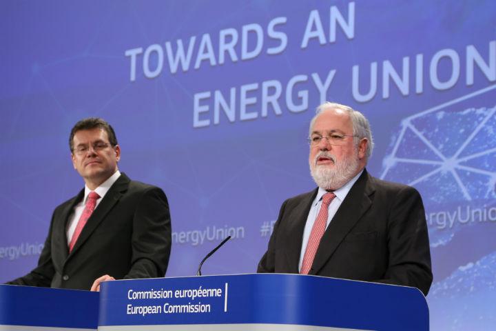 Maroš Šefcovic (til venstre) og Miguel Arias Cañete præsenterer energiunionen. Kilde: Europa-Kommissionen