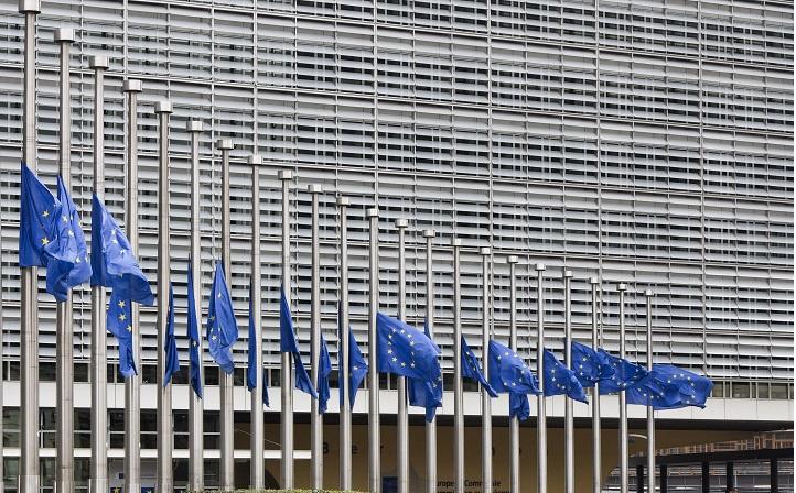 Flag halvstang foran EU Kommissionen i Bruxelles