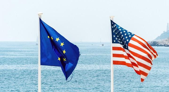 US-amerikansk og EU-flag ved siden af hinanden
