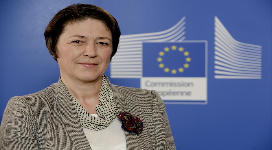 Violeta Bulc – Slovenien -  Kommissær for transport. Denne kommissærpost er ansvarlig for at fremme et trans-europæisk transportnetværk- og forbindelser.