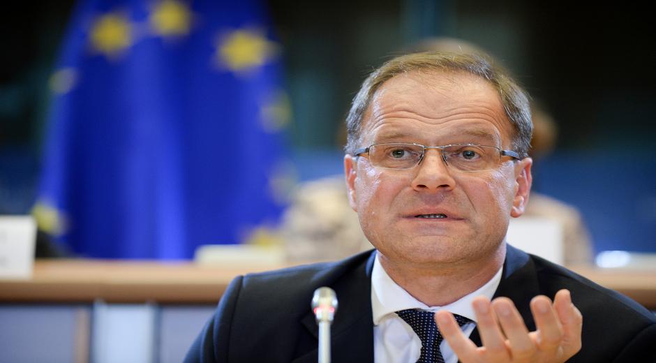 Tibor Navracsics - Ungarn - Kommissær for uddannelse, unge og sport. Denne kommissærpost har ansvaret for at modernisere og forbedre EU's uddannelsessystem og øge samarbejdet mellem universiteterne på tværs af EU's landegrænser.