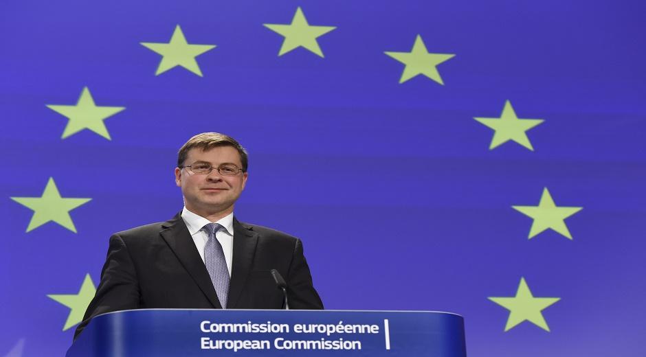 Valdis Dombrovskis – Letland – Næstformand med ansvar for Euroen og social dialog. Denne næstformandspost repræsenterer Kommissionen i dialoger og møder vedrørende Euroen samt for at sikre social retfærdighed i forhold til udviklingen af ØMU'en.