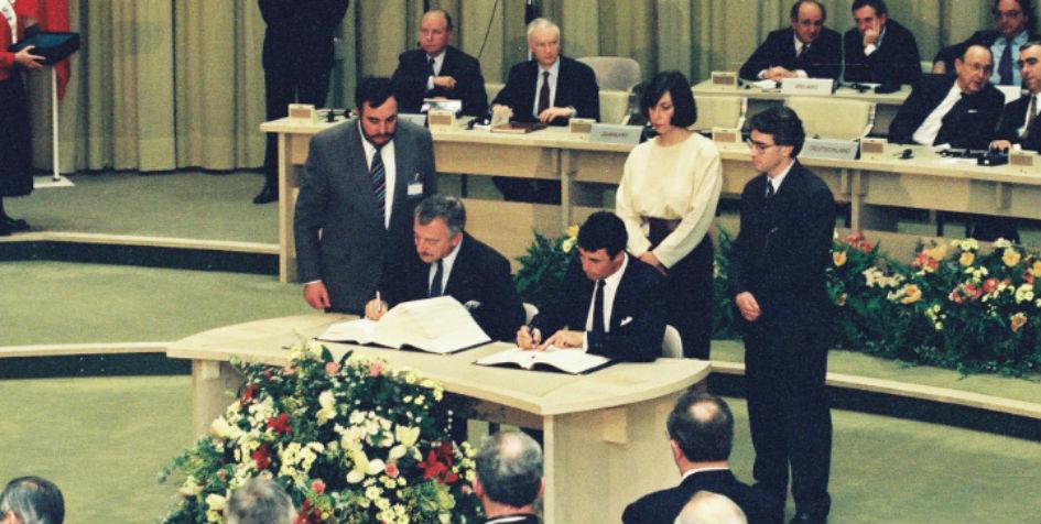 Daværende udenrigsminister, Uffe Ellemann-Jensen, og økonomiminister, Anders Fogh Rasmussen, underskriver Maastrichttraktaten med de danske forbehold. Kilde: Europa-Kommissionen.