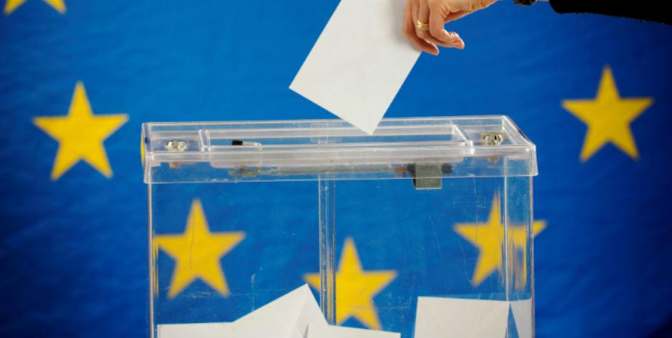 En stemmeboks foran et EU-flag.