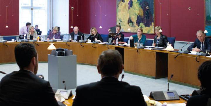 Europaudvalget fyldt med mennesker.