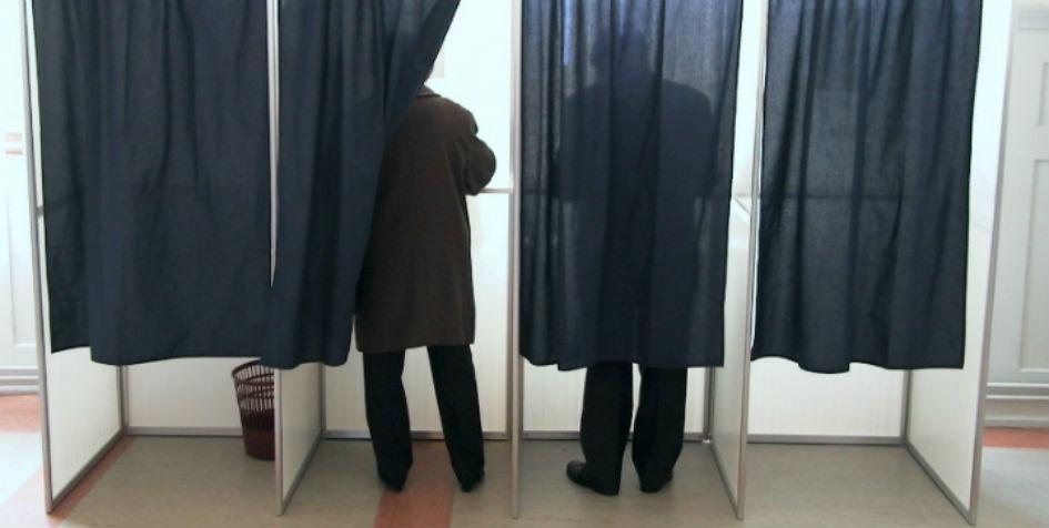 To mennesker er ved at stemme.