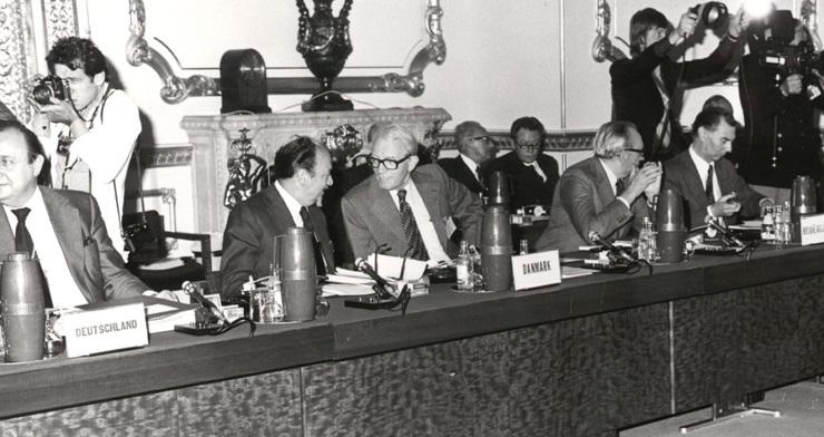 Fra venstre ses Hans-Dietrich Genscher, tysk udenrigsminister, Anker Jørgensen, dansk statsminister, Knud Borge Andersen, dansk udenrigsminister, Henri Simonet, belgisk udenrigsminister og Léo Tindemans, belgisk premierminister.