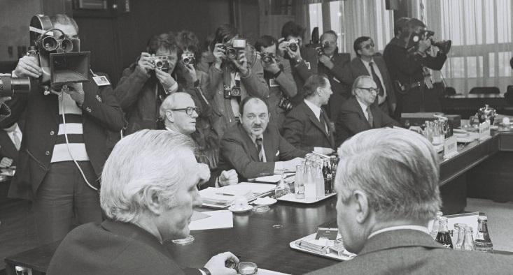 Under topmødet i Bruxelles, heriblandt ses Knud Borge Andersen, dansk udenrigsminister, og Anker Jørgensen, dansk statsminister.