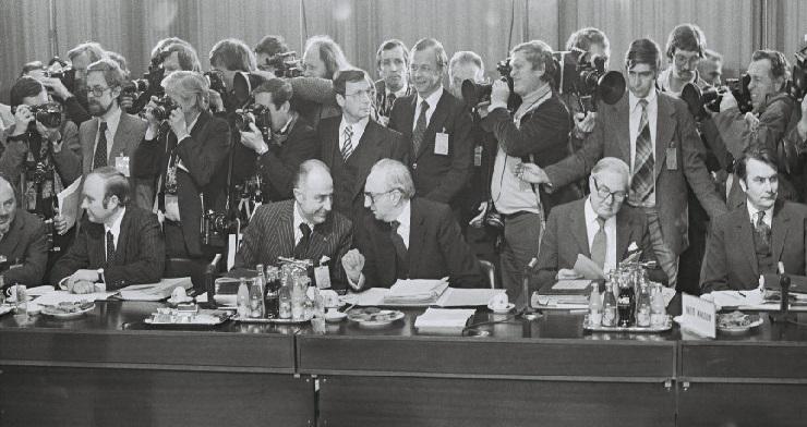 Under topmødet i Bruxelles, heriblandt ses den danske udenrigsminister Anders Andersen (til venstre).