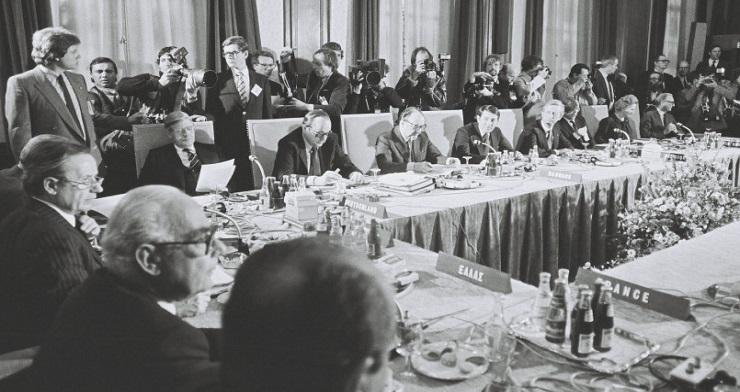 Under topmødet i Maastricht, heriblandt den danske statsminister,  Anker Jørgensen, og den danske udenrigsminister, Kjeld Olesen.