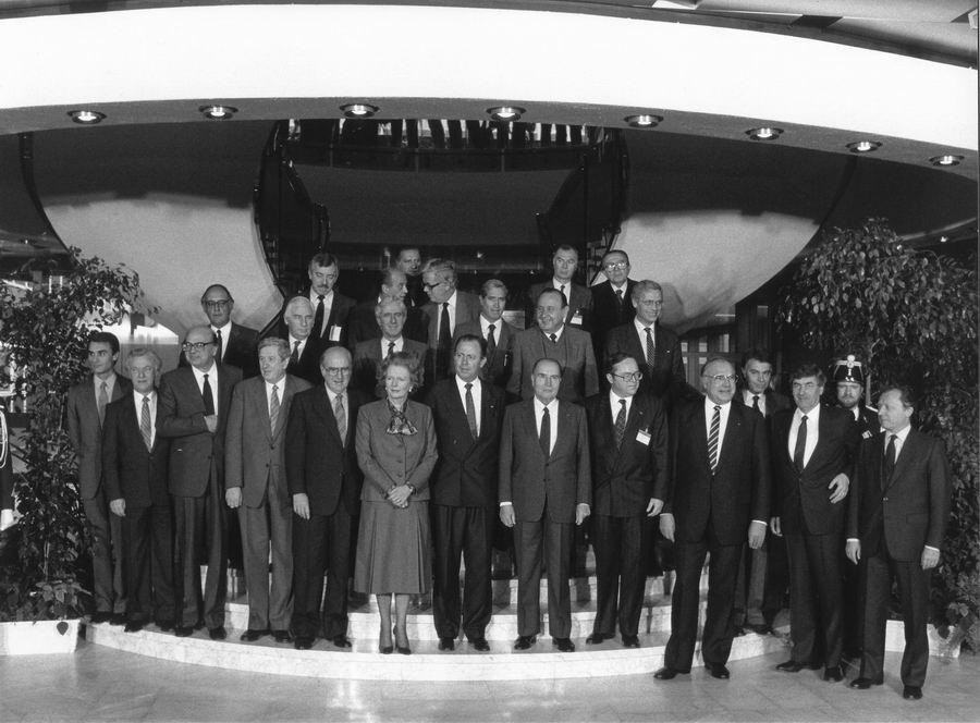 Gruppebillede fra topmødet, heriblandt ses den danske statsminister, Poul Schlüter (første række), og den danske udenrigsminister, Uffe Ellemann-Jensen (tredje række).