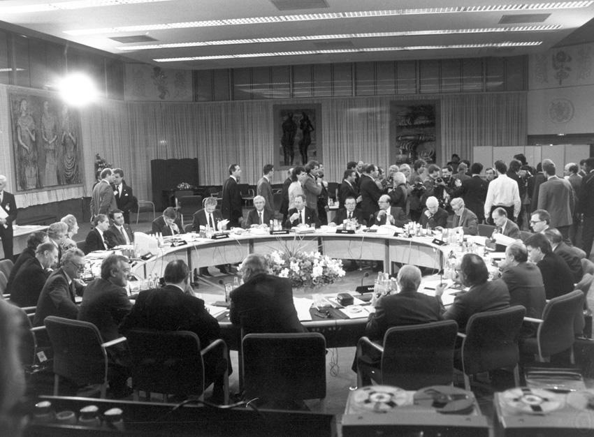 Topmødet i London, heriblandt er blandt andet den danske statsminister, Poul Schlüter, og den danske udenrigsminister, Uffe Ellemann-Jensen.