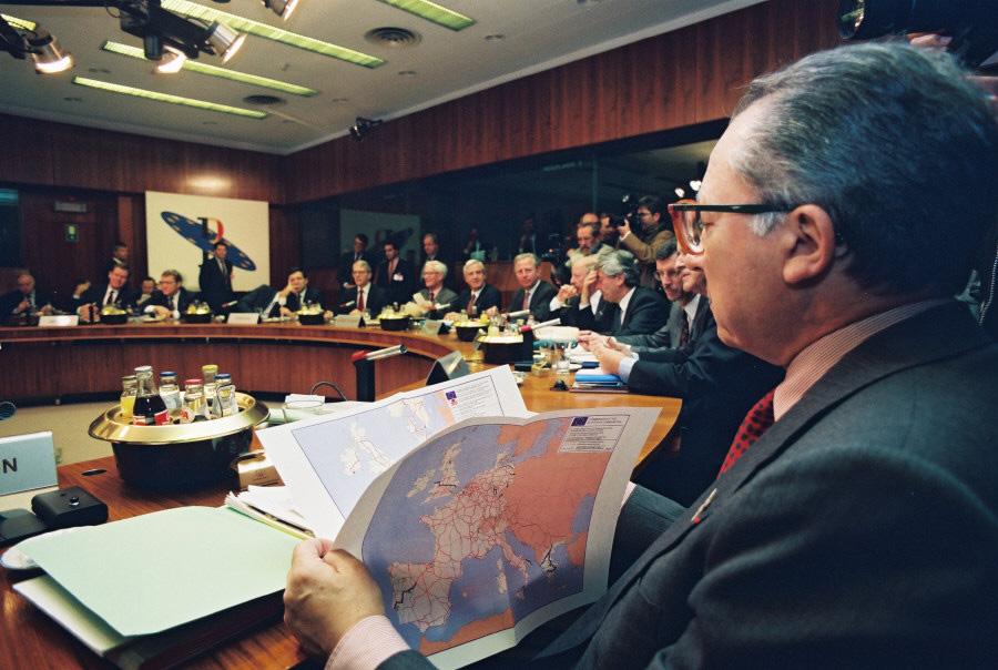 Jacques Delors, formanden for Kommissionen, i mødelokalet under EU-topmødet.