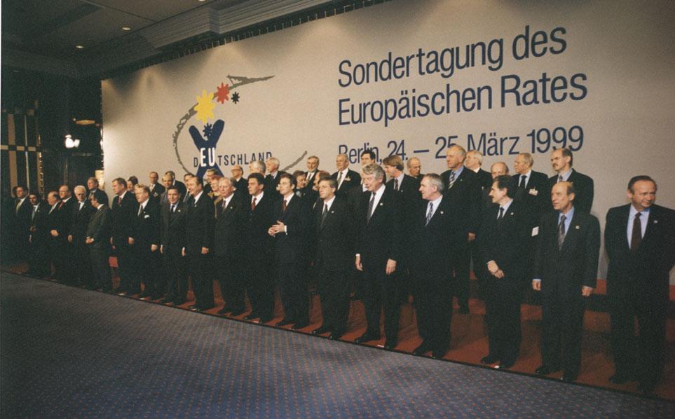 Gruppebillede af stats- og regeringscheferne til topmødet i Berlin.