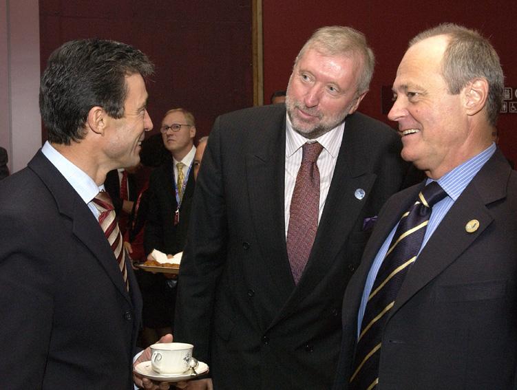 Den danske statsminister, Anders Fogh Rasmussen, taler med den slovenske udenrigsminister, Dimitrij Rupel, og den ungarske premierminister Péter Medgyessy.
