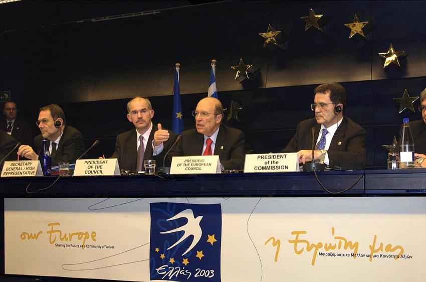 Fra venstre ses Javier Solana, EU's høje repræsentant for den fælles udenrigs- og sikkerhedspolitik og generalsekretær for Rådet for Den Europæiske Union, George Papandreou, græsk udenrigsminister, Constantin Simitis, græsk premierminister og formand for det græske formandskab og Romano Prodi, formand for Europa-Kommissionen.