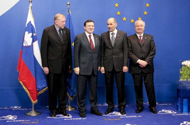 Dimitrij Rupel, sloveniens udenrigsminister, José Manuel Barroso, formanden for Europa-Kommissionen, Janez Janša, sloveniens premierminister og Andrej Bajuk, sloveniens finansminister.