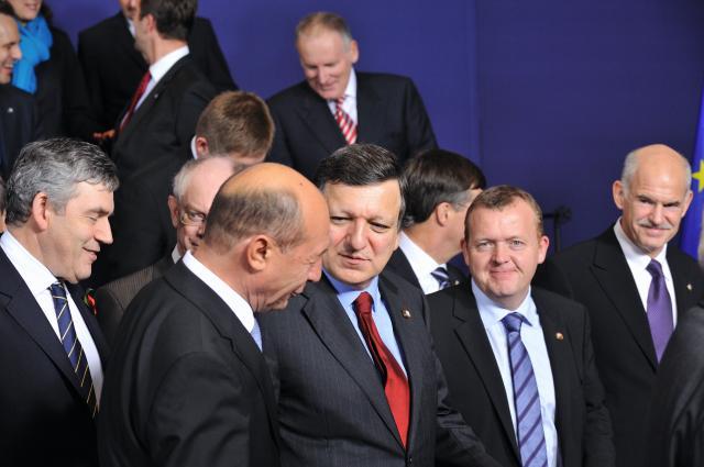 Fra venstre ses Gordon Brown, britisk premierminister, Herman van Rompuy, belgisk premierminister, Traian Băsescu, president i Rumænien, José Manuel Barroso, Formand for Europa-Kommissionen, Lars Løkke Rasmussen, dansk statsminister, og George Papandreou, græske premierminister.
