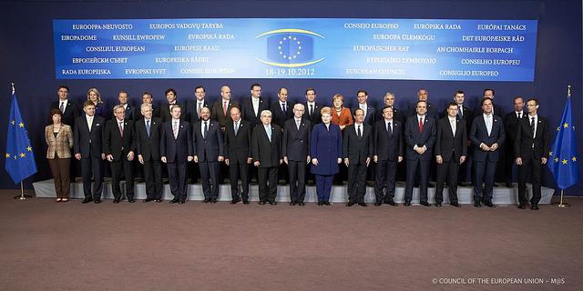 De 27 stats- og regeringschefer sammen med Herman Van Pompuy, Josè Manuel Barroso, Martin Schulz, Catherine Ashton og Uwe Corsepius til EU-topmødet.
