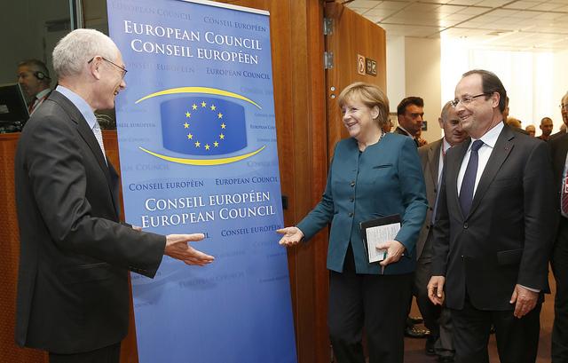 EU's faste formand, Herman Van Rompuy, byder den tyske forbundskansler, Angela Merkel, og den franske præsident, François Hollande, velkommen.