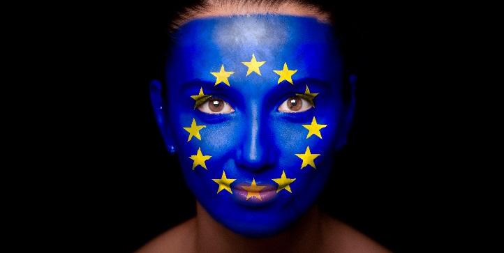Kvinde malet med EU's flag i ansigtet.