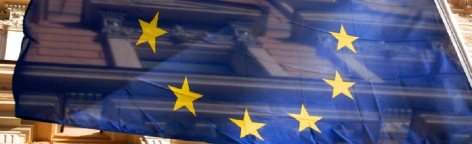 En bygning og EU's flag.
