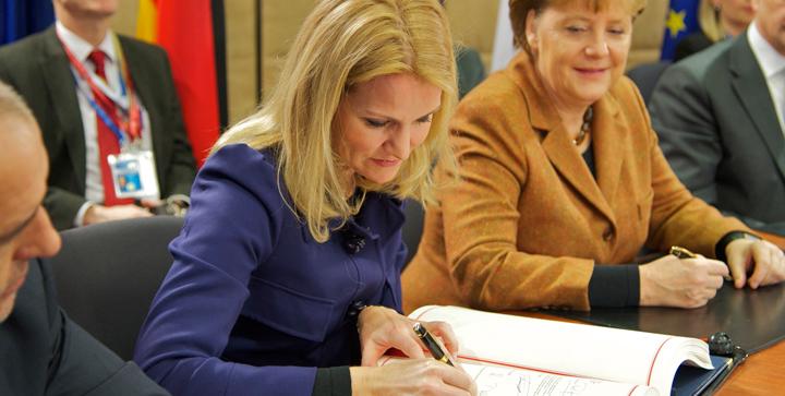 Stats- og regeringscheferne sætter deres underskrift på finanspagten i marts 2012. Foto: Rådet